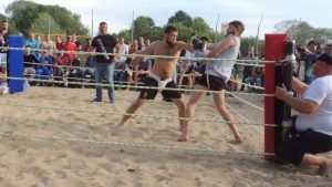 Грозные мужики устроят мордобитие без правил на пляже Брянска
