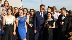 В Брянске 447 выпускников осыпали золотом на набережной