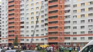 В Брянске 5-летнюю девочку спасателя МЧС сняли с подоконника 10 этажа