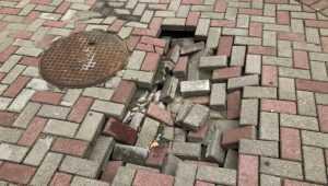 В Брянске провалилась тротуарная плитка возле стадиона «Динамо»