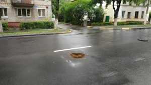 В Брянске автомобиль провалился в открытый канализационный люк
