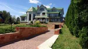 Под Брянском за 32 миллиона продают дворец с бассейном у озера