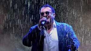 Известный брянский певец Матвеев дал концерт под проливным дождем