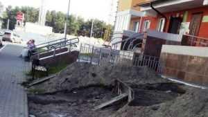 Брянцы обвинили магазин «Красное Белое» в разгроме подъезда нового дома