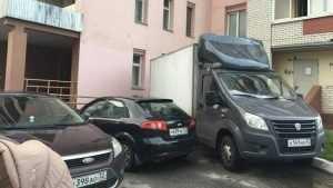 В Брянске водитель грузовика перекрыл жильцам дома выход из подъезда