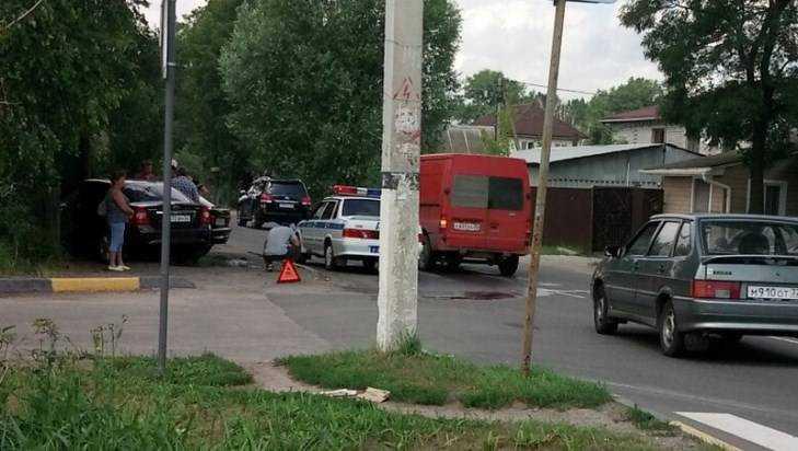В Брянске два автомобиля вылетели с дороги после столкновения