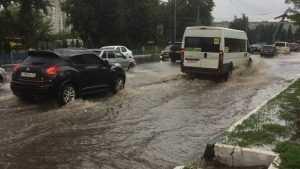 На Брянск обрушилась гроза с молниями – улицы затопило после ливня