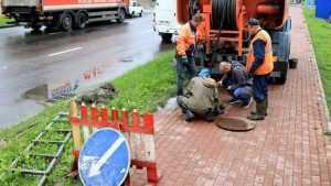 В Брянске во избежание потопов стали чистить ливневую канализацию