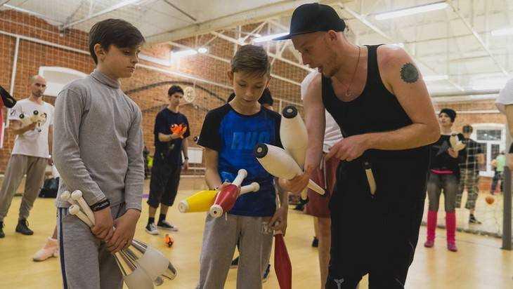 Юный брянец Богдан Самаров показал чудеса жонглирования