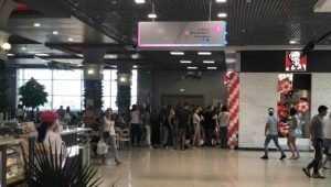 В Брянске сфотографировали голодную очередь за фастфудом в KFC