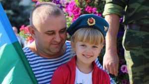 Брянские десантники в День ВДВ навестили детей