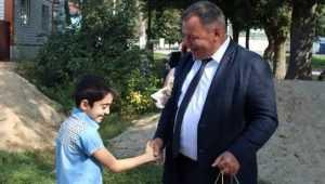 Брянский губернатор подарил футбольную форму и бутсы школьнику
