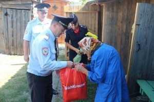Брянские полицейские 40 лет опекают мать погибшего коллеги