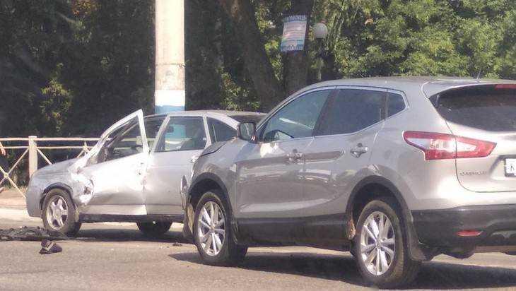 В Брянске нетерпеливый водитель протаранил легковушку у автовокзала