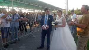 Свадьбу девушки из Брянска и калужанина сыграли на матче «Динамо»
