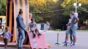 В Брянске женщина позволила детям покататься с ленты в честь Победы