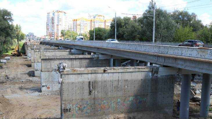 Под Первомайским мостом начали делать временную переправу для строителей