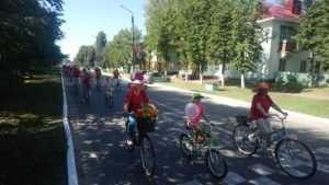 Сельцо с Днём города поздравили леди на велосипеде