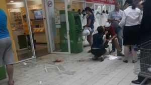Мужчина в Брянске прошел через стеклянную стену гипермаркета «Линия»