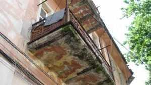 В Брянске коммунальщиков заставили отремонтировать опасный балкон