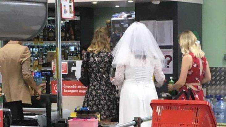 Жителей Почепа развеселила невеста в очереди у кассы в супермаркете