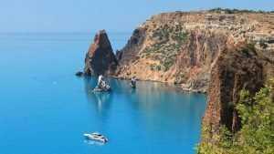 В Севастополе брянская яхта налетела на скалу и села на мель