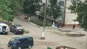 В Брянске под окнами многоэтажного дома заметили труп мужчины