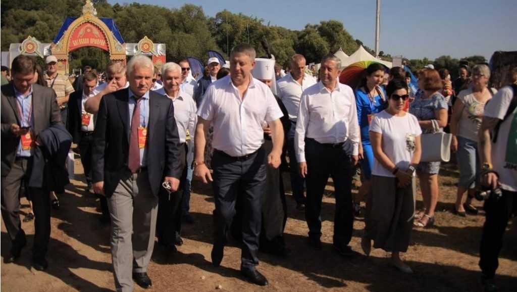 Брянский губернатор начал обход Свенской ярмарки с площадки добровольцев