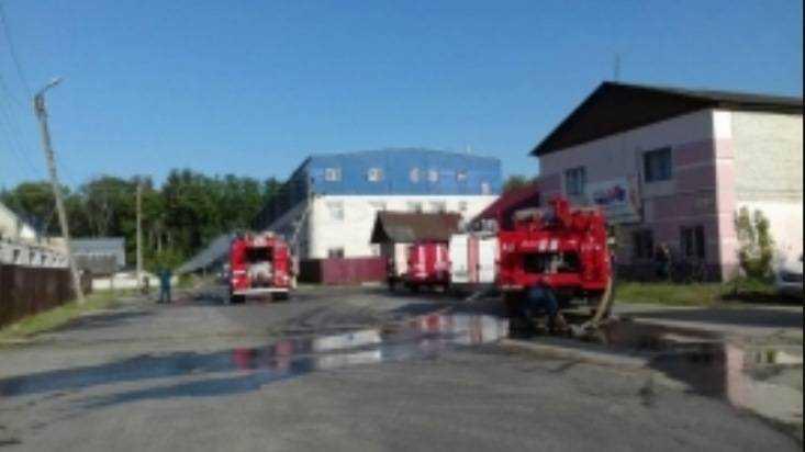 В Белых Берегах пожар на мебельной фабрике потушили за 3 часа