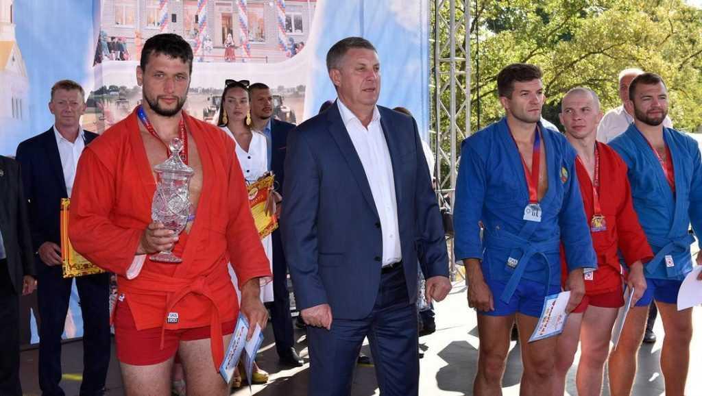 На Свенской ярмарке под Брянском выбрали сильнейших борцов