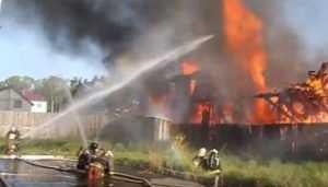 Телеканал «Мир» показал видео с места пожара на брянской мебельной фабрике