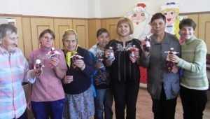 В Брянском интернате пенсионеров научили делать народных кукол