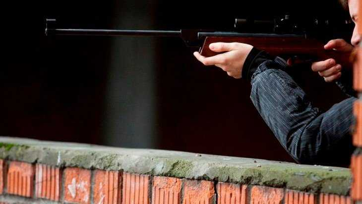 Брянец пошел под суд за выстрел в соседа и угрозу ножом подростку