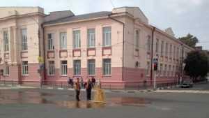 На центральной площади в Клинцах забил фонтан фекалий