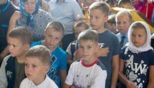 Брянские священники подарили наборы 107 школьникам из бедных семей