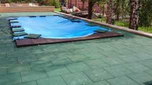 Почему для покрытия бассейна рекомендуется выбрать резиновую плитку