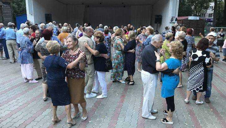 Заводные брянские пенсионеры кинулись в пляски «секс-бомб»