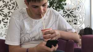 В брянских школах запретят использование смартфонов