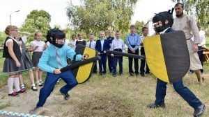 Возле седьмой гимназии в Брянске дети устроили бой на мечах