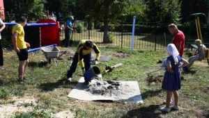 В Мичуринском прихожане храма привели в порядок детскую площадку