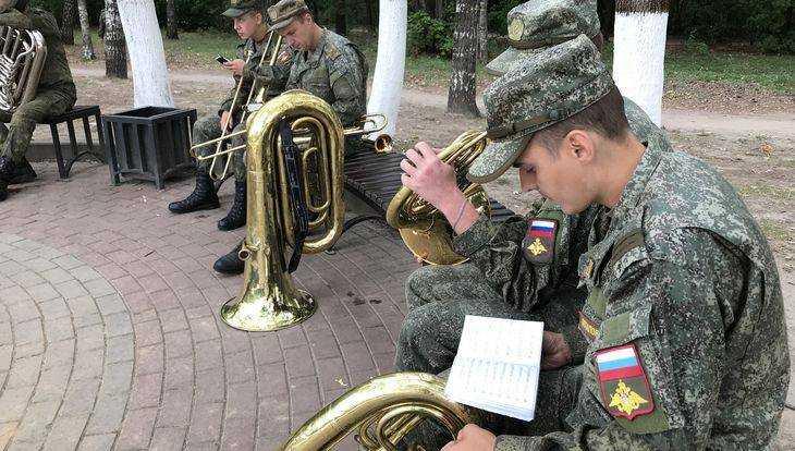 Накануне большого парада в Брянске военные музыканты провели репетицию