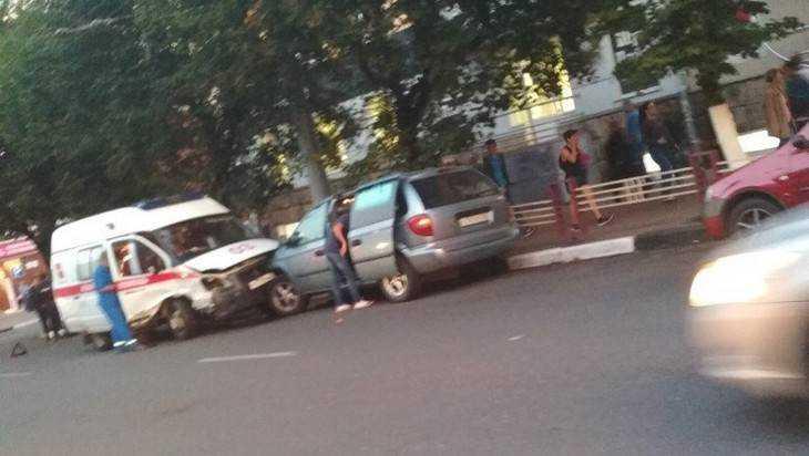 В Брянске у ТРЦ «Родина» скорая помощь протаранила два автомобиля