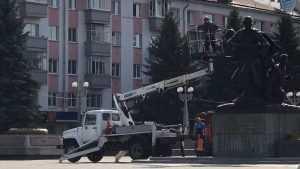 На площади Партизан в Брянске помыли памятники