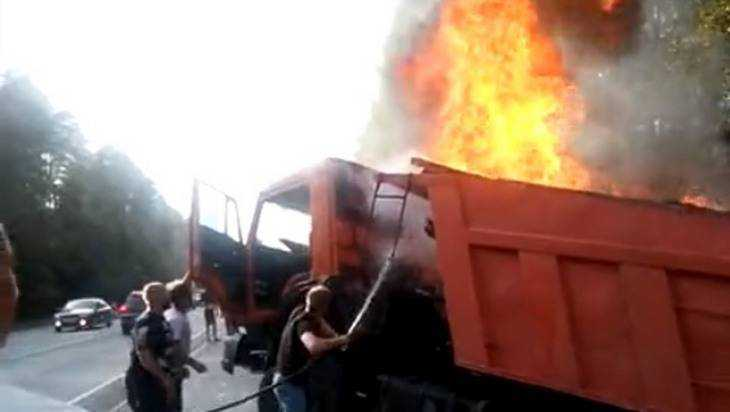 На трассе под Брянском загорелись пиломатериалы в кузове КамАЗа