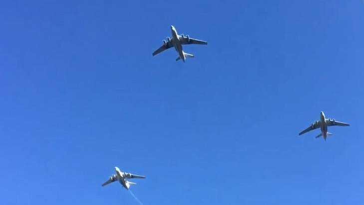 На Брянском с мощным гулом пролетели истребители и вертолёты