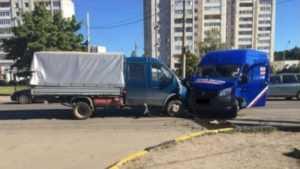 В Брянске торопливый водитель «Почты России» спровоцировал ДТП