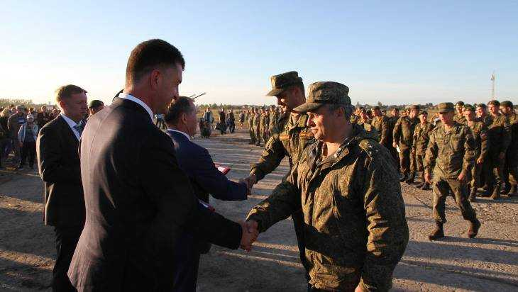 Участники военного парада в Брянске получили награды