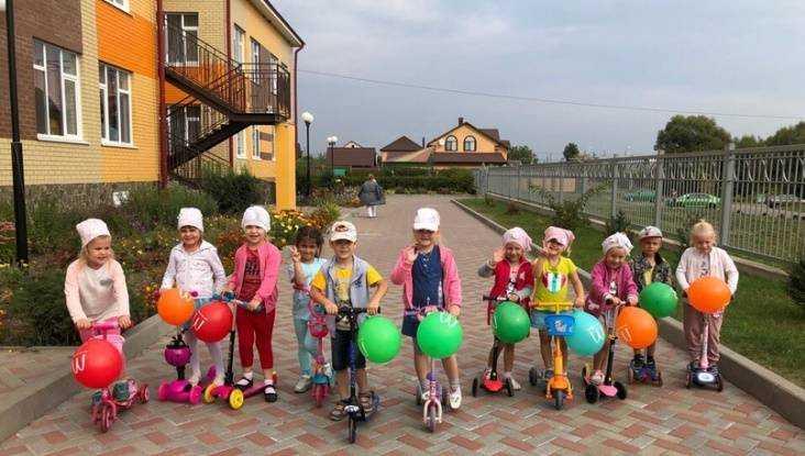 В Севске гаишники научили малышей кататься на самокатах
