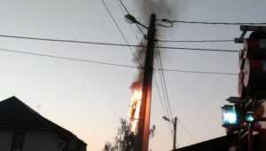 В Брянске сняли видео горевшего столба с проводами