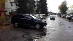 В Брянске автомобиль без водителя покалечил 89-летнюю пенсионерку